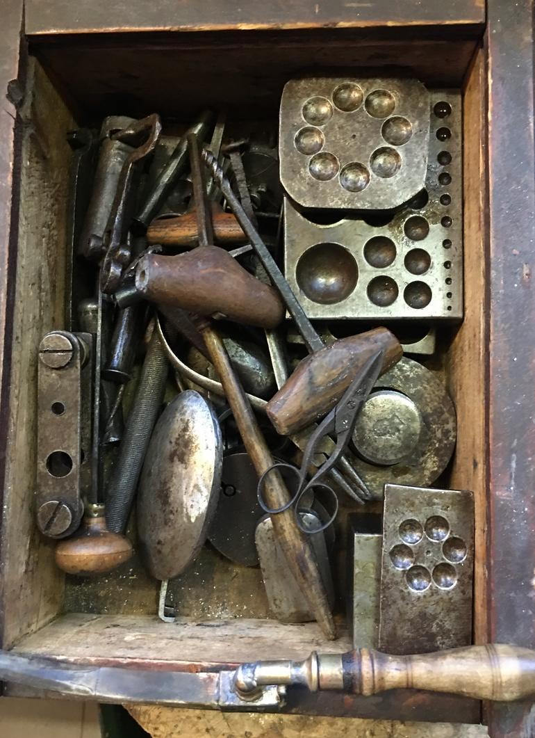 Gammelt verktøy i kasse