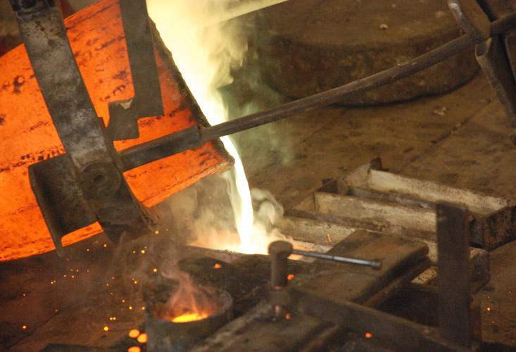 Smeltedigel med flytende metall, i gjørtlerverkstedet. Foto: Inger Smedsrud, Norsk håndverksinstitutt